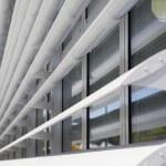 Nahaufnahme Fensterfront mit Stahllamellen in weiß