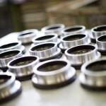 Mehrere runde Metallbauteile auf einem Tisch liegen