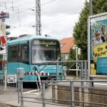 """U3 Richtung Südbahnhof fährt an der Haltestelle an der """"Aßlarer Straße"""" ein."""