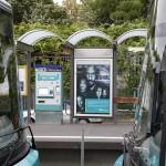 """""""The Signal"""" Plakat an der Haltestelle neben dem Fahrkartenautomaten zwischen zwei Wagons zu sehen"""