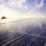 Nahaufnahme einer Solaranlage auf dem Dach mit Blick Richtung Himmel