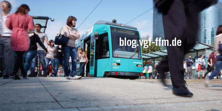 """Viele Menschen an der Haltestelle unterwegs und die Straßenbahn 11. Schriftzug """"blog.vgf-ffm.de"""""""