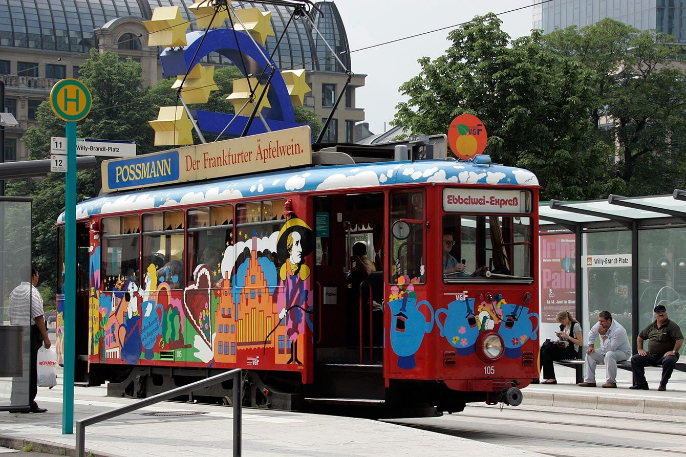 Ebbelwei-Expreß an der Haltestelle Williy-Brandt-Platz