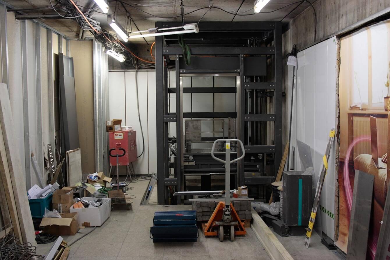 Bauarbeiten an einem Fahrstuhl