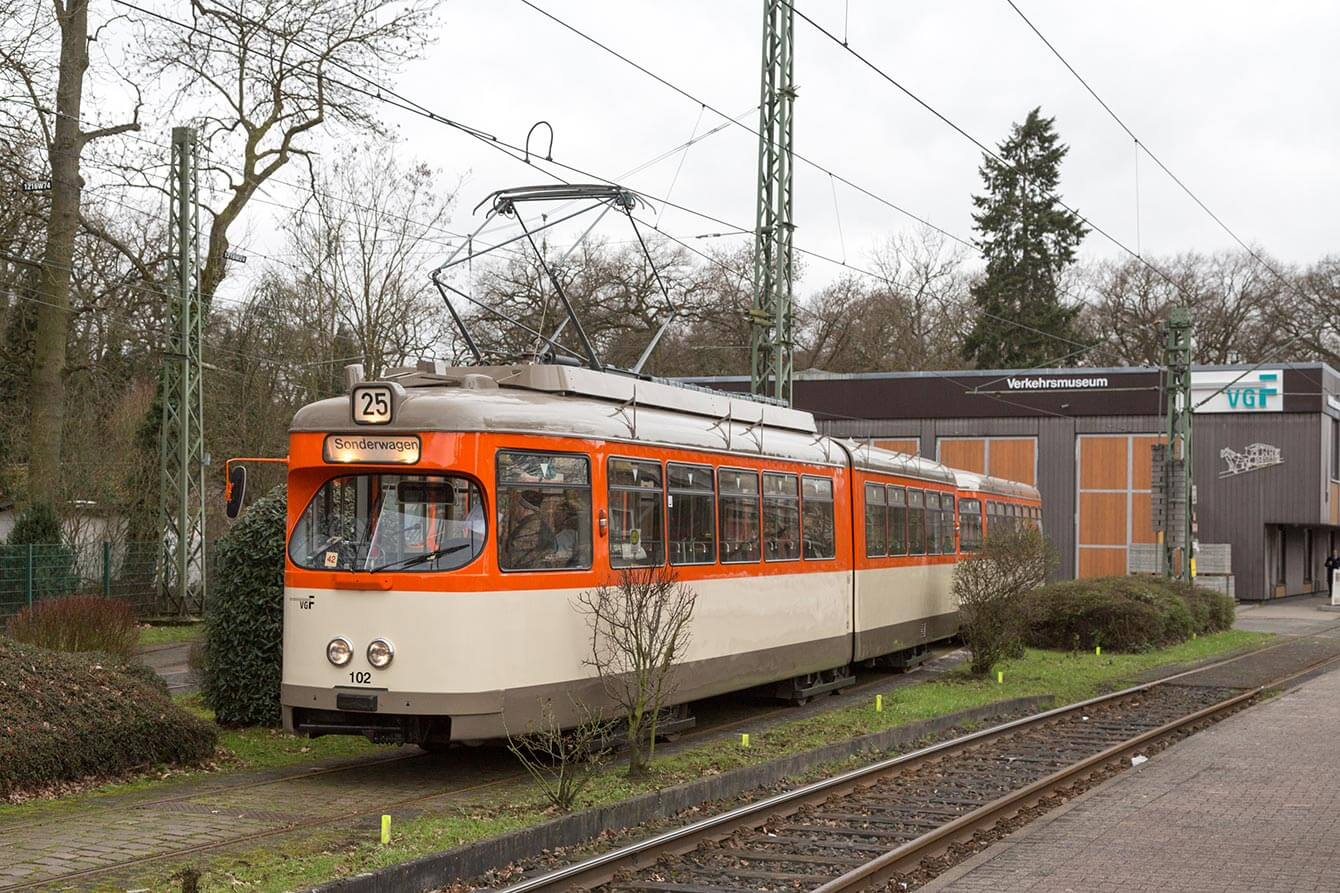 Der frisch restaurierte M/m-Zug vor dem Verkehrsmuseum in Schwanheim.