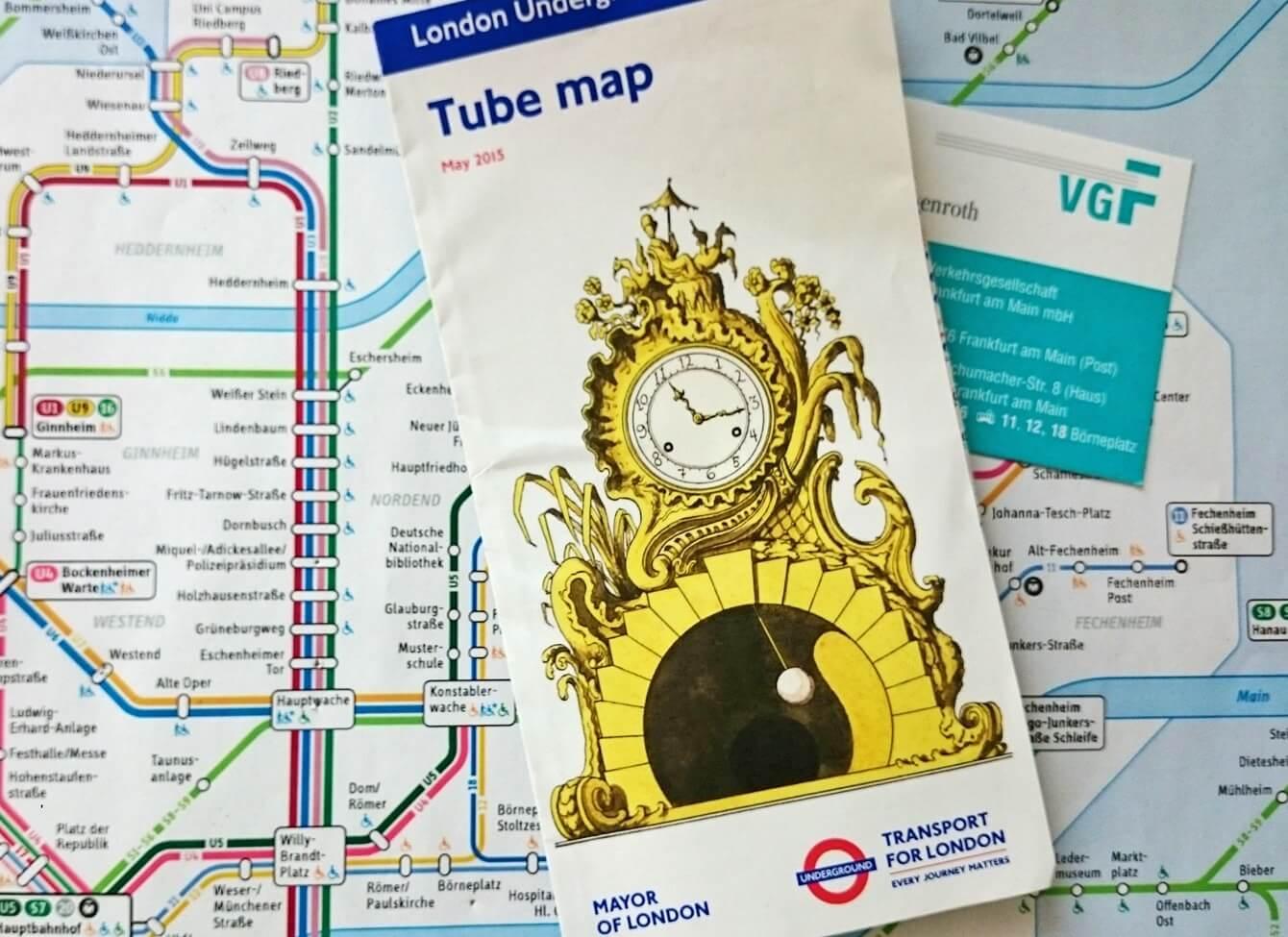 """Ausschnitt Linienfahrplan Frankfurt und darüber der Flyer der """"Tube map"""" aus London."""
