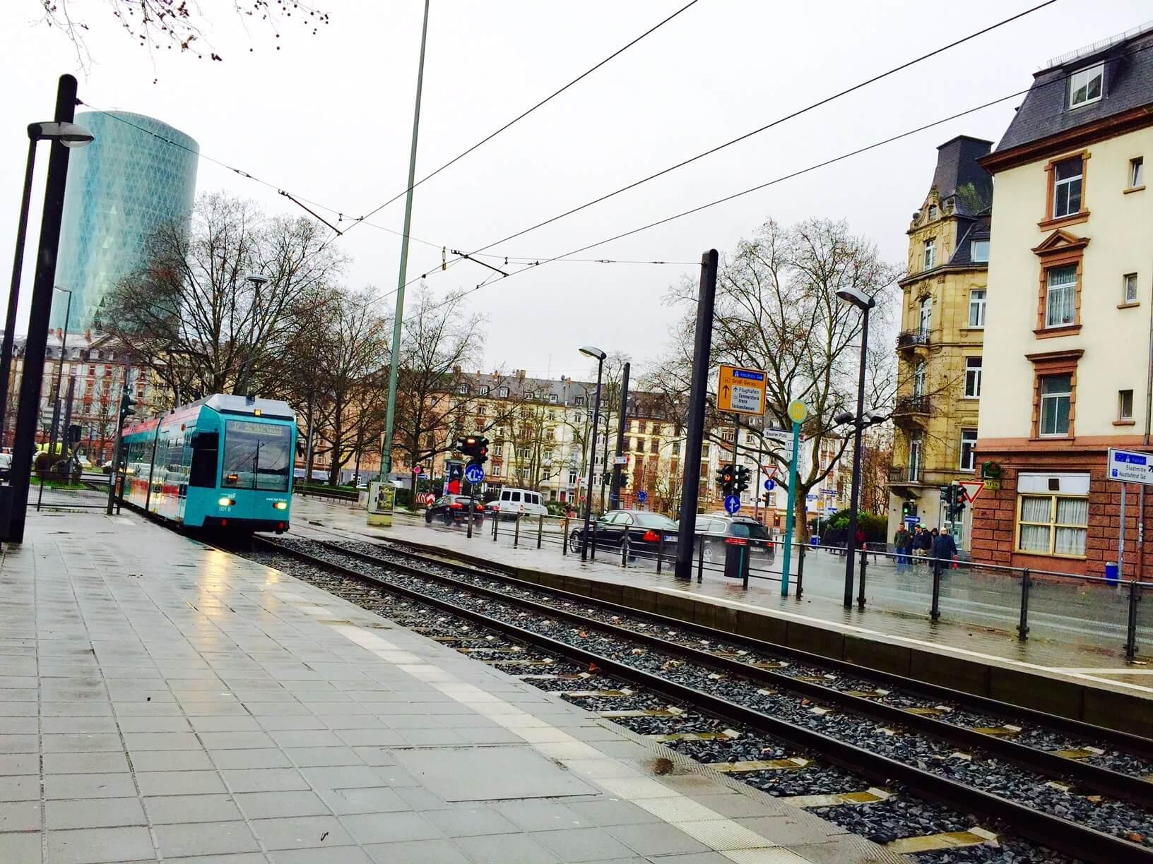 Bahn der VGF fährt durch das Gutleutviertel an einem regnerischen Tag