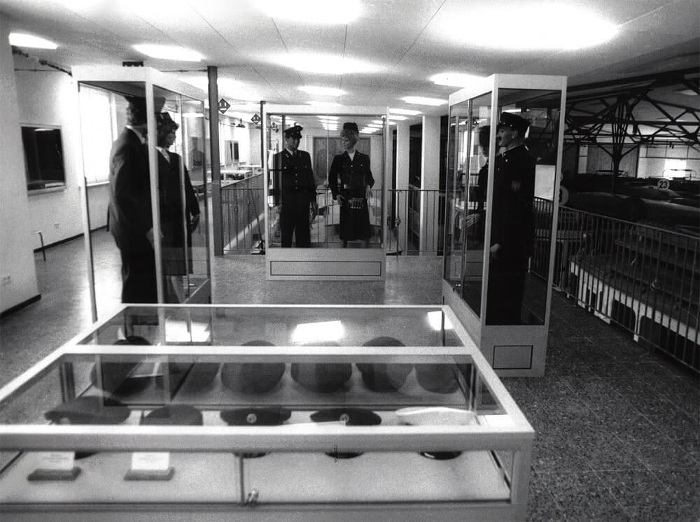 Ausstellung historischer Uniformen auf der Nordempore im Jahr 1987 (Quelle: Archiv Verkehrsmuseum Frankfurt am Main)