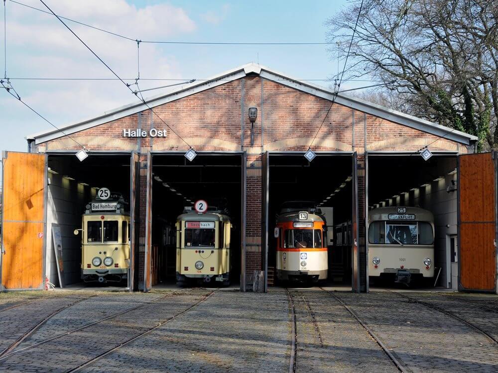 Halle Ost des Verkehrsmuseum mit vier Oldtimer Wagen nebeneinander.