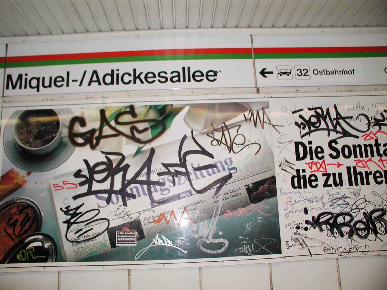 Wand an der Haltestelle Miquel-/Adickesalle mit Graffiti besprüht