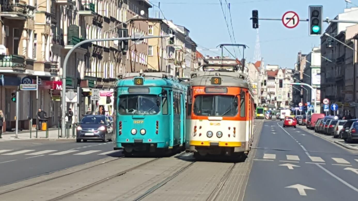 Zum Abschluss die Begegnung zweier Frankfurter O-Wagen in den beiden Farbvarianten (durch das hektische Zücken des Handys leider etwas unscharf...)