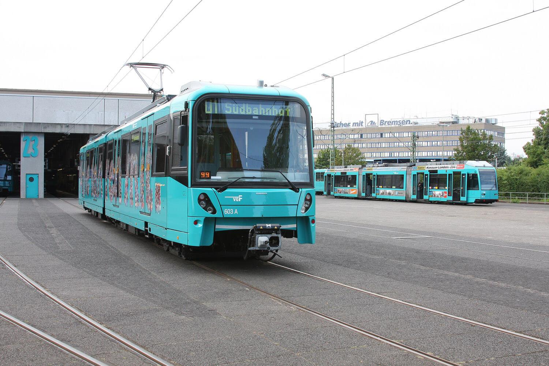 U1 Richtung Südbahnhof fährt aus der Halle mit der Nummer 23 heraus.