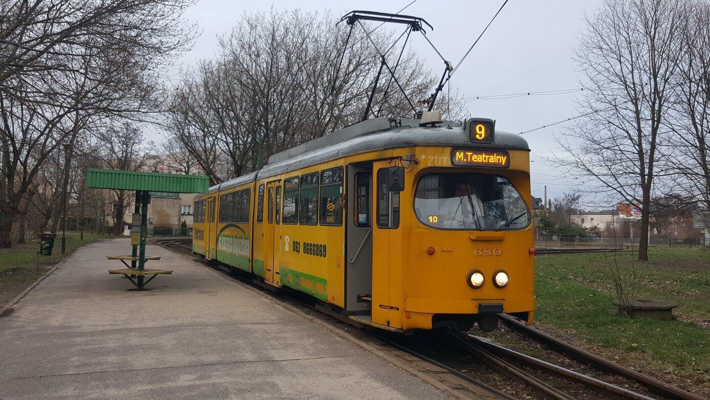 """Zwei der Frankfurter N-Wagen – mittlerweile mit digitaler Zielanzeige sowie Kursschild - fahren noch im normalen Linienbetrieb. Die Aufnahme ist an der Endhaltestelle """"Rynek Jezycki"""" entstanden."""