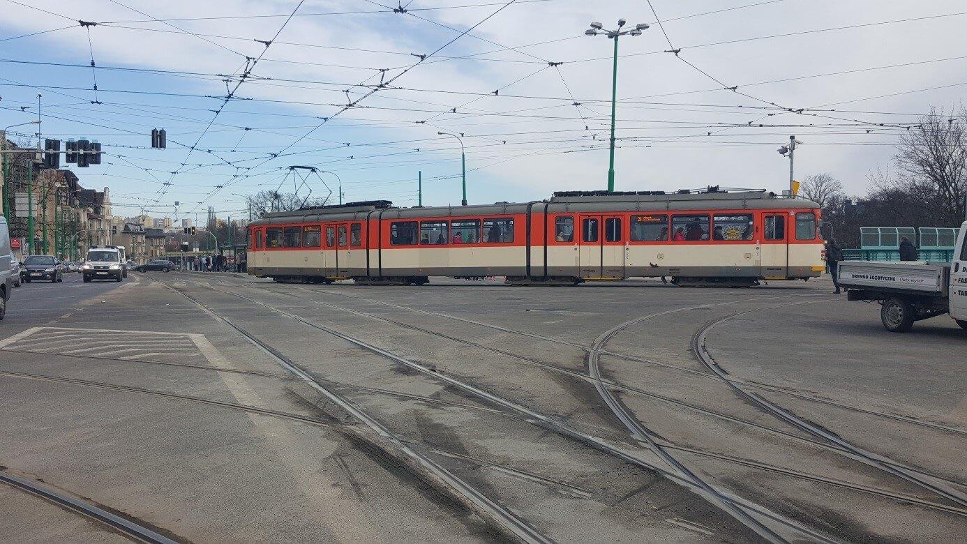 """O-Wagen in Frankfurter Altlackierung """"Orange/Elfenbein"""" am Hauptumsteigepunkt """"Most Teatralny""""."""