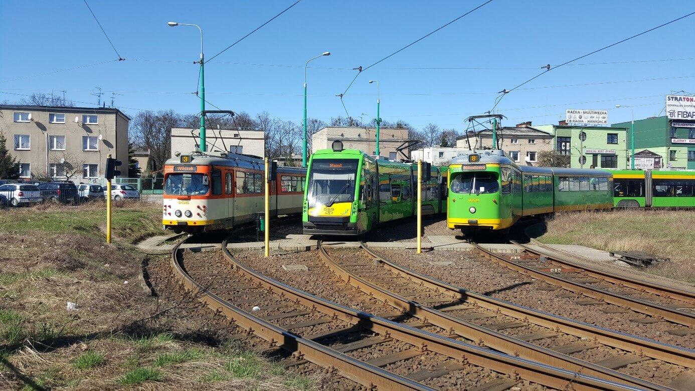 """Dreigleisige Wendeschleife, die als Endhaltestelle für vier Linien dient. Ein Frankfurter O-Wagen links, ein Solaris Tramino in der Mitte und ein GT8 aus Düsseldorf rechts am Endpunkt """"Gorzyn""""."""