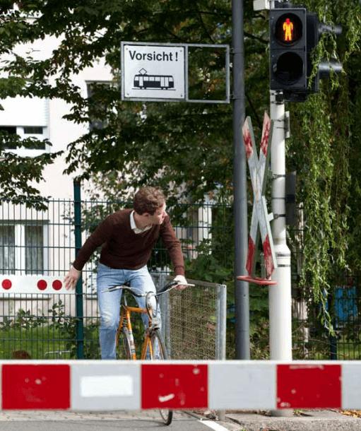 Vorsicht an beschrankten Bahnübergängen