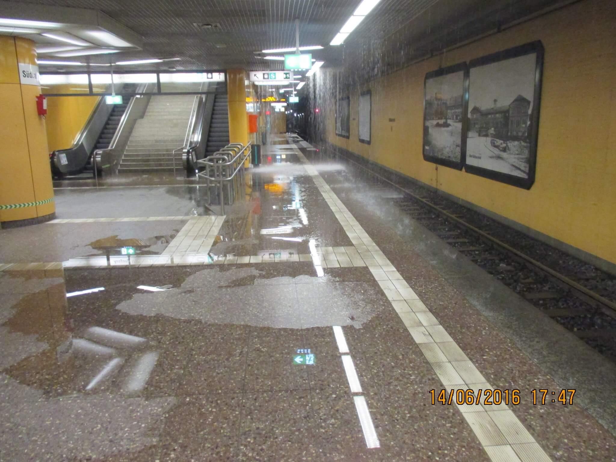 Nasser Boden mit großen Pfützen in der unterirdische Station Südbahnhof