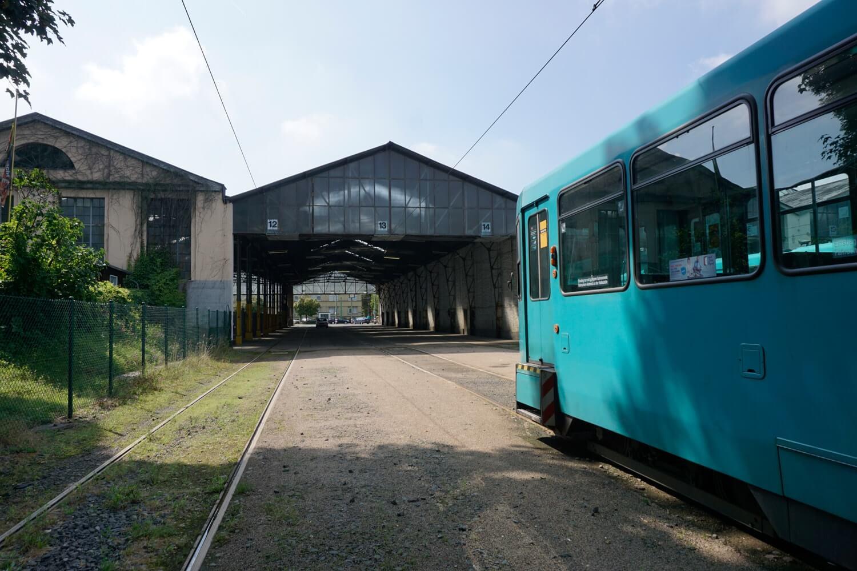 Ausschnitt einer Bahn vor dem Betriebshof bei sonnigem Wetter