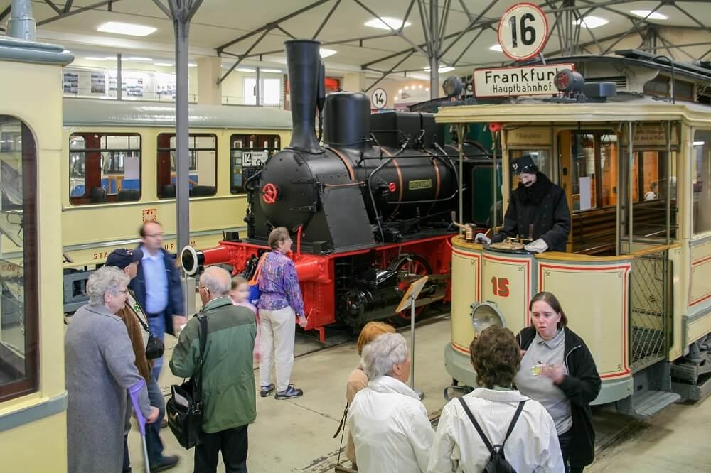 Besucher des Verkehrsmuseums informieren sich über die ausgestellten Exponate. (Foto: Andreas Behrndt)