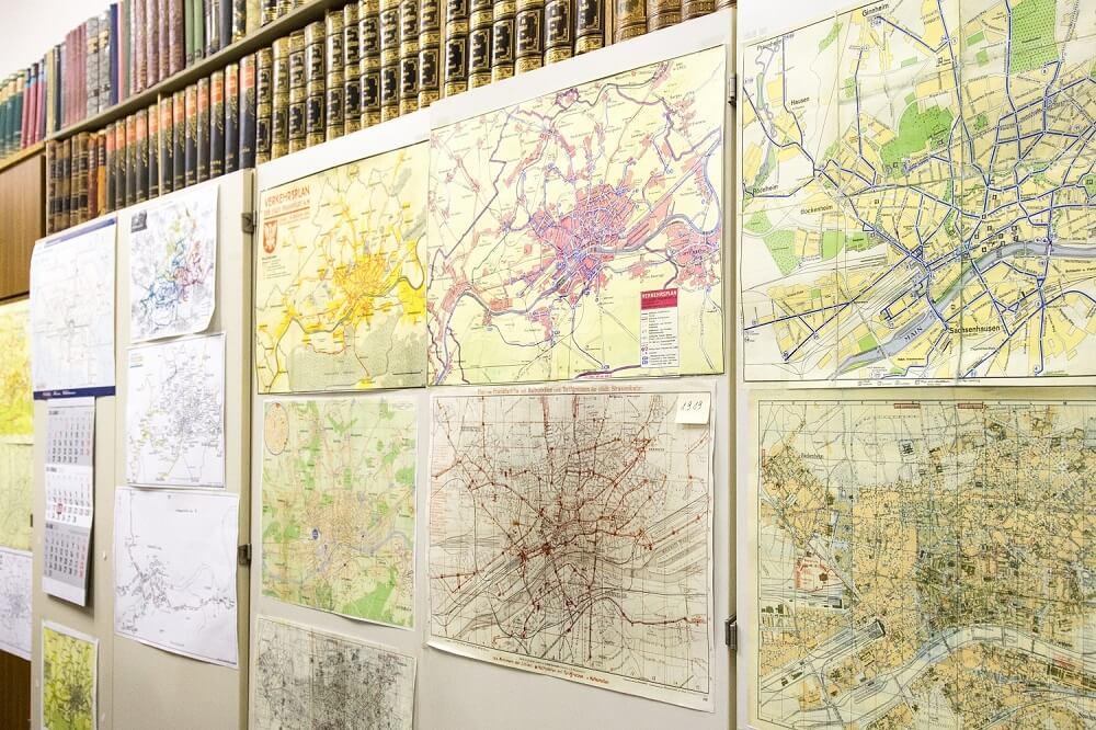 Kopien von Stadtplänen unterschiedlichen Alters in den Räumen des Archivs der HSF (Foto: Andreas Behrndt)