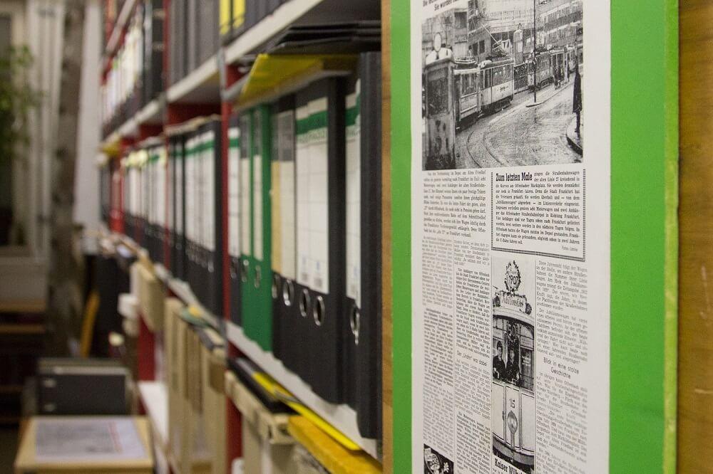 In den Regalen des Nahverkehrsarchivs reihen sich zahllose Ordner voller historischer Dokumente aneinander. (Foto: Andreas Behrndt)