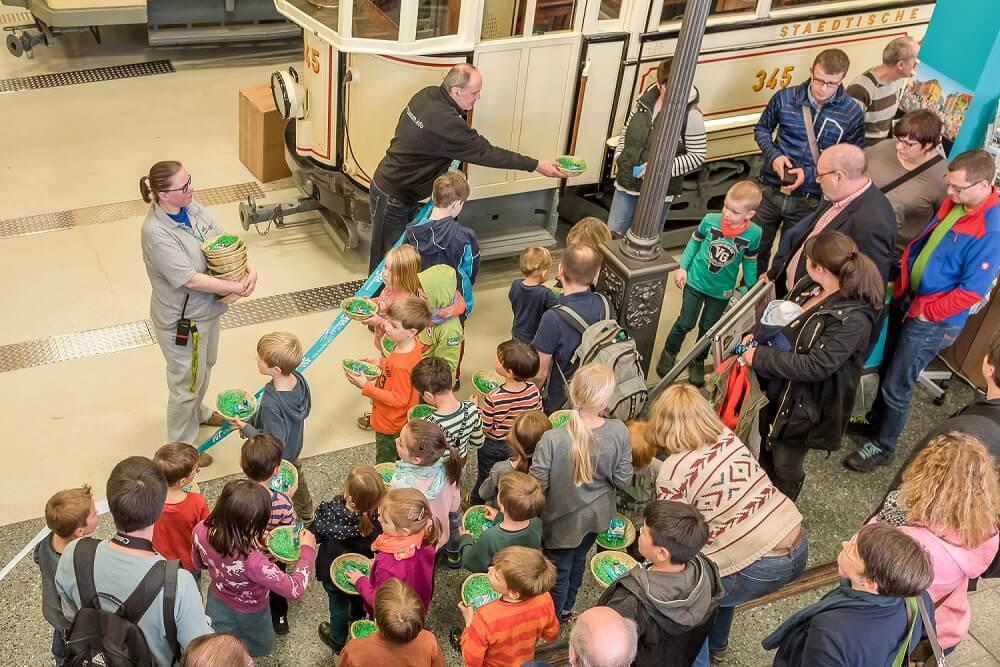 HSF-Mitglieder verteilen Osterkörbchen an die kleinen Teilnehmer des Osterhasen-Express (Foto: Frank Nagel)