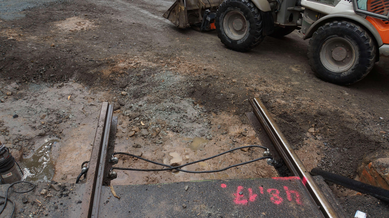 Nahaufnahme der Enden von Schienen auf der Baustelle.