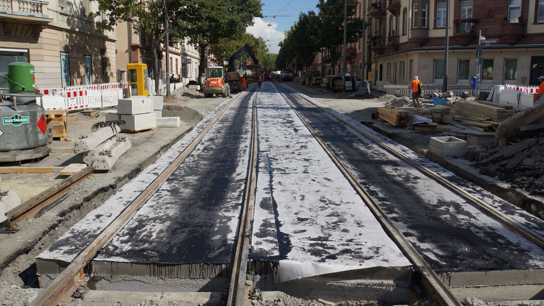 Fast fertig: Neue Gleisanlage auf der Friedberger Landstraße (August 2012).