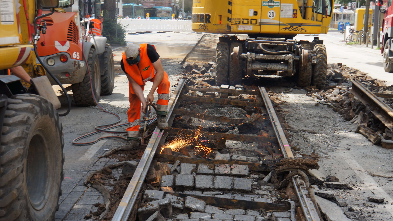 Alte Gleise werden auseinander geschweißt (Friedberger Landstraße, März 2012).