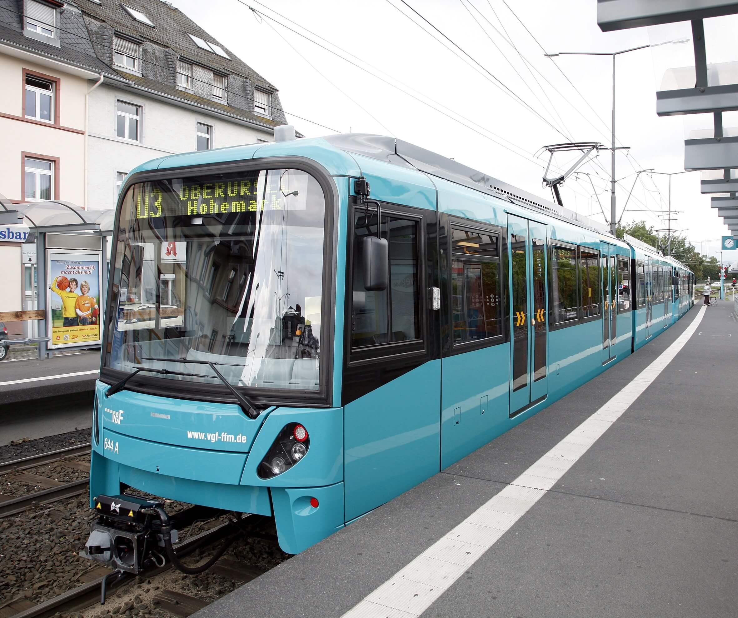 """Bahn des Typs """"U5"""" an der Station """"Weißer Stein"""" nach Modernisierung"""