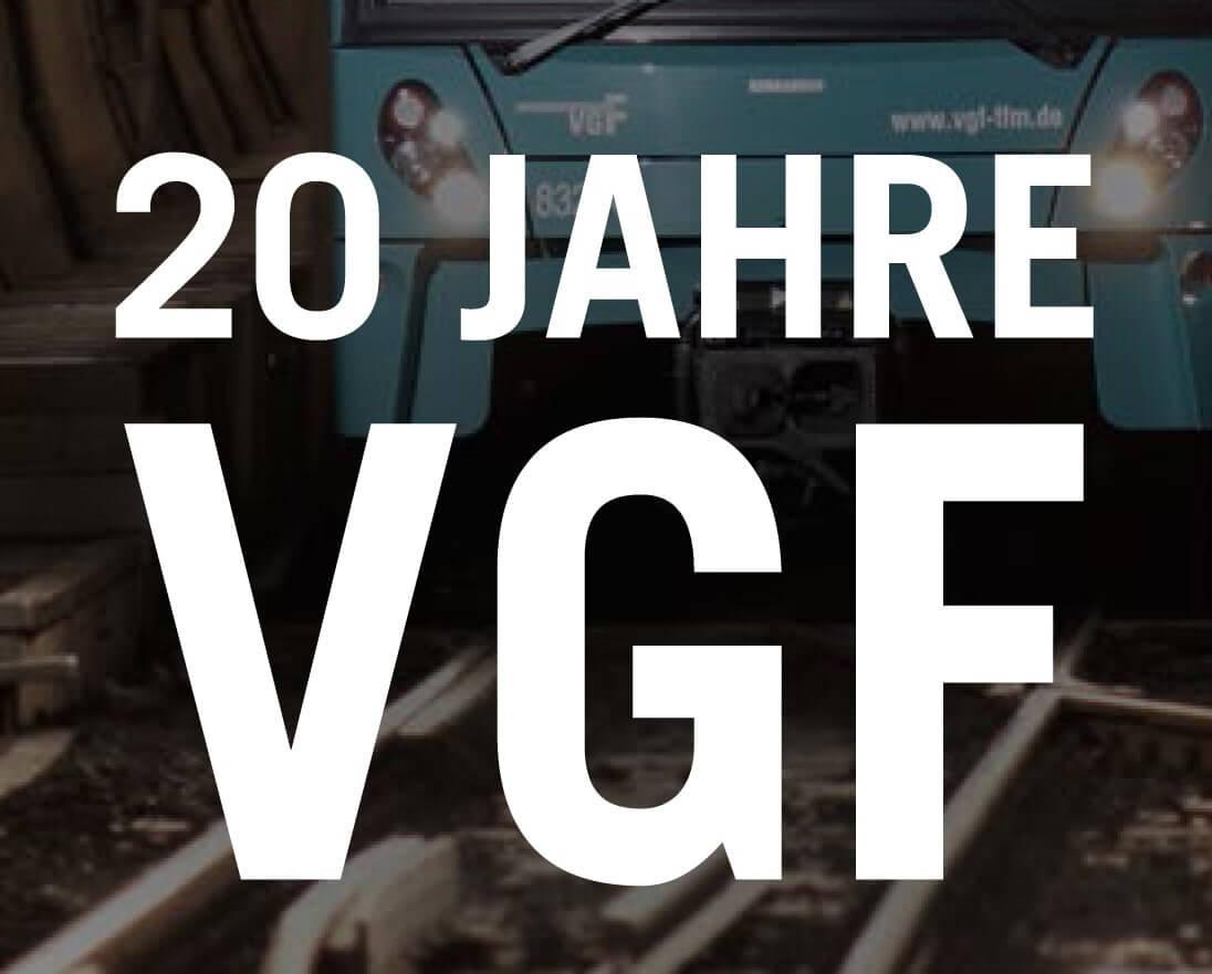 """""""20 Jahre VGF"""" in weiß auf einem abgedunkeltem Hintergrund mit einem Ausschnitt einer Bahnvorderseite auf Gleisen."""