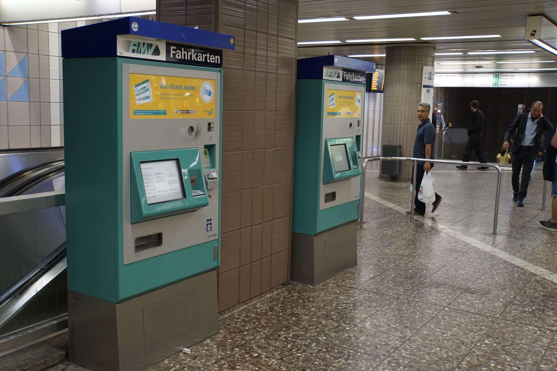 Obwohl fast das ganze Fahrkarten-Sortiment an Automaten erhältlich sind, herrscht hier auch zum Ferienende kein Andrang.
