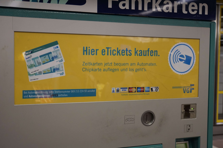 """Nahaufnahme Ticketautomat """"Hier eTickets kaufen. Zeitkarten jetzt bequem am Automaten. Chipkarte auflegen und los geht's."""""""