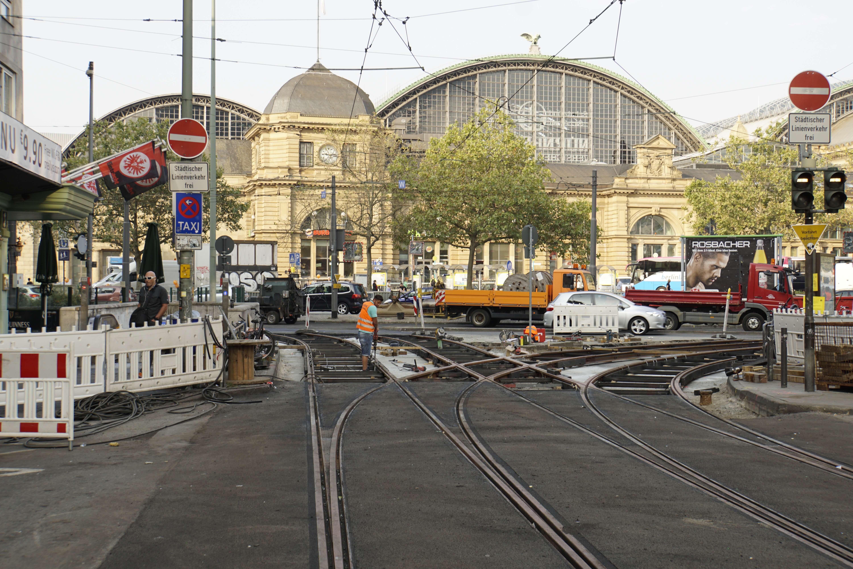 Münchener Straße: Der Asphalt liegt, an der Weiche wird noch gearbeitet.