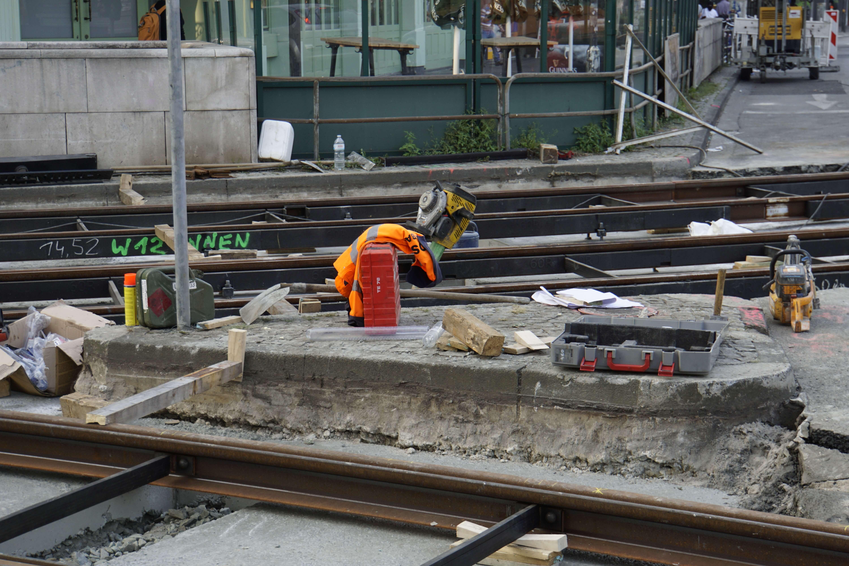 Werkzeug und Materialien neben den Schienen während den Bauarbeiten.