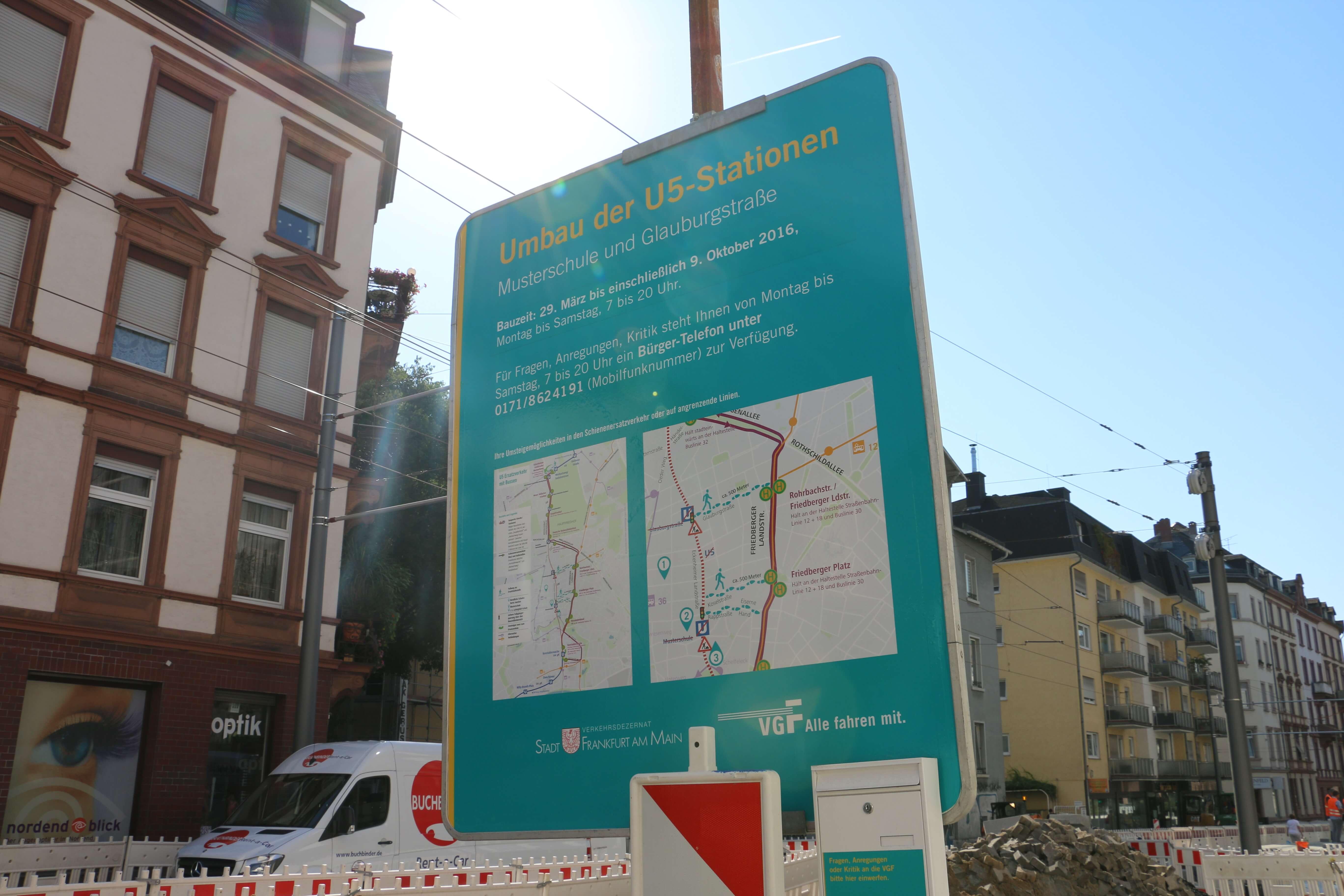 Schild an der Baustelle mit Infos zum Umbau der U5-Stationen.