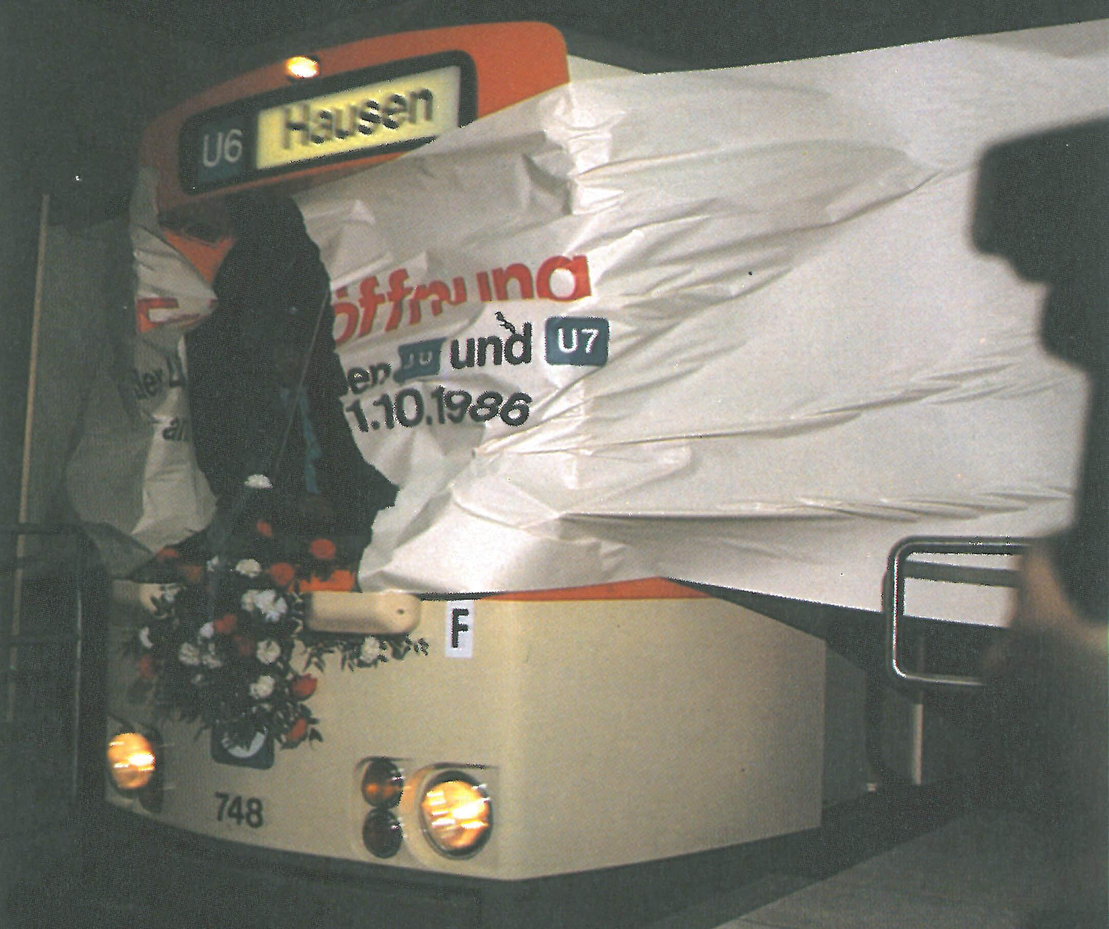 """Banner zur Eröffnung der Linien U6 und U7 wird vor den Frontscheiben der U5 Richtung """"Hausen"""" zerrissen."""