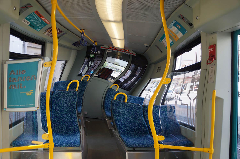 Verzogenes Bild einer Bahn von Innen mit Blick auf das Fahrerhäusschen.