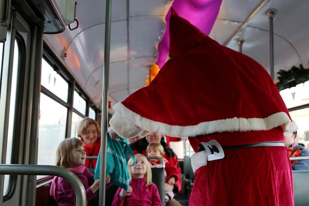 Der Nikolaus überreicht einem jungen Fahrgast des Nikolaus-Express 2012 eine Überraschungstüte. (Foto: Andreas Behrndt)