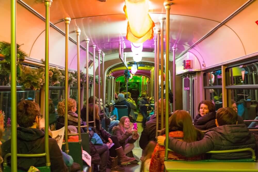 Fahrgäste im geschmückten Innenraum eines Zuges des Nikolaus-Express 2014 (Foto: Andreas Behrndt)