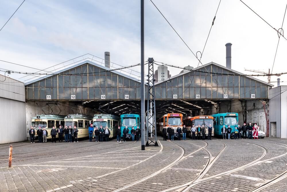 Vor der Ausfahrt aus dem Betriebsbahnhof Gutleut wird traditionell ein Gruppenbild aller beteiligten HSF-Mitglieder und Fahrzeuge aufgenommen. (Foto: Frank Nagel)