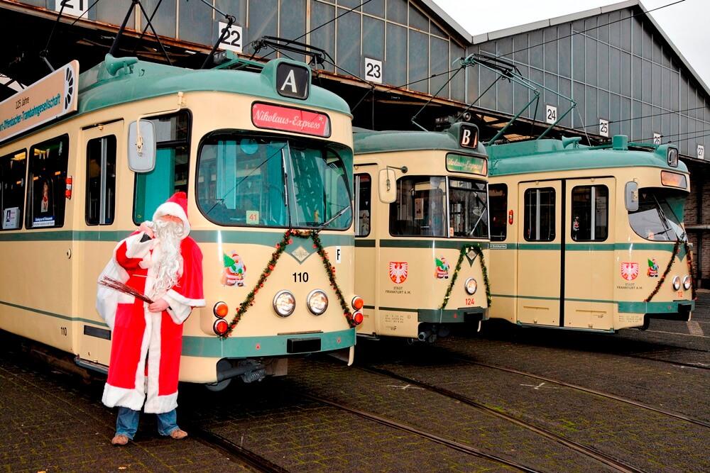 Der Nikolaus besucht die drei beim Nikolaus-Expres 2009 eingesetzten Züge vor ihrer Ausfahrt aus dem Deopt.