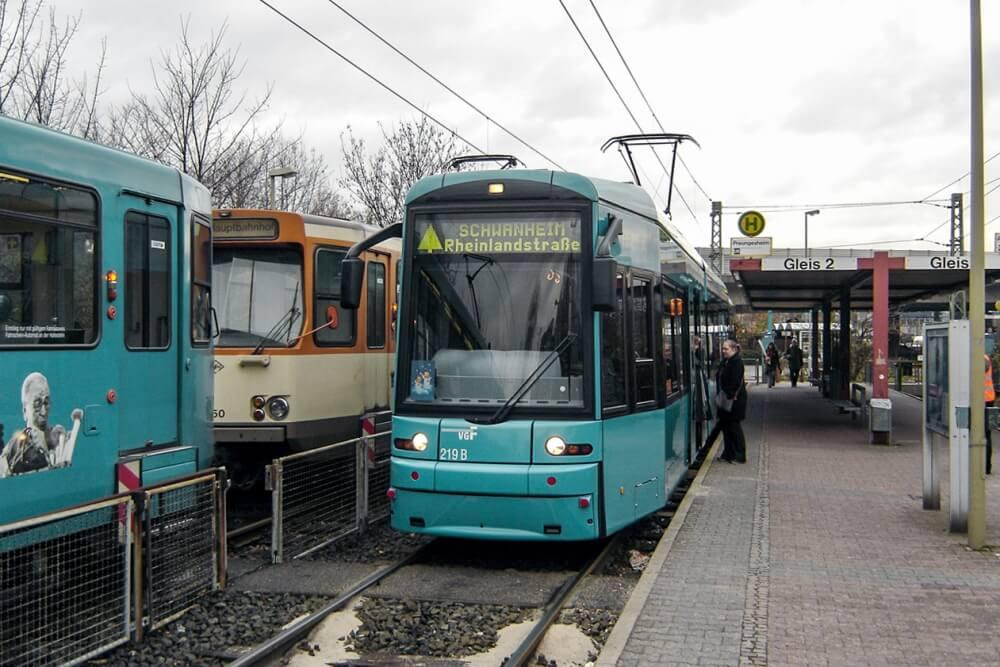 """Als erster Nikolaus-Express verkehrte am 3. Dezember 2005 eine moderne Niederflur-Straßenbahn des Typs """"S"""" von Preungesheim nach Schwanheim. (Foto: Thomas Lusmöller)"""