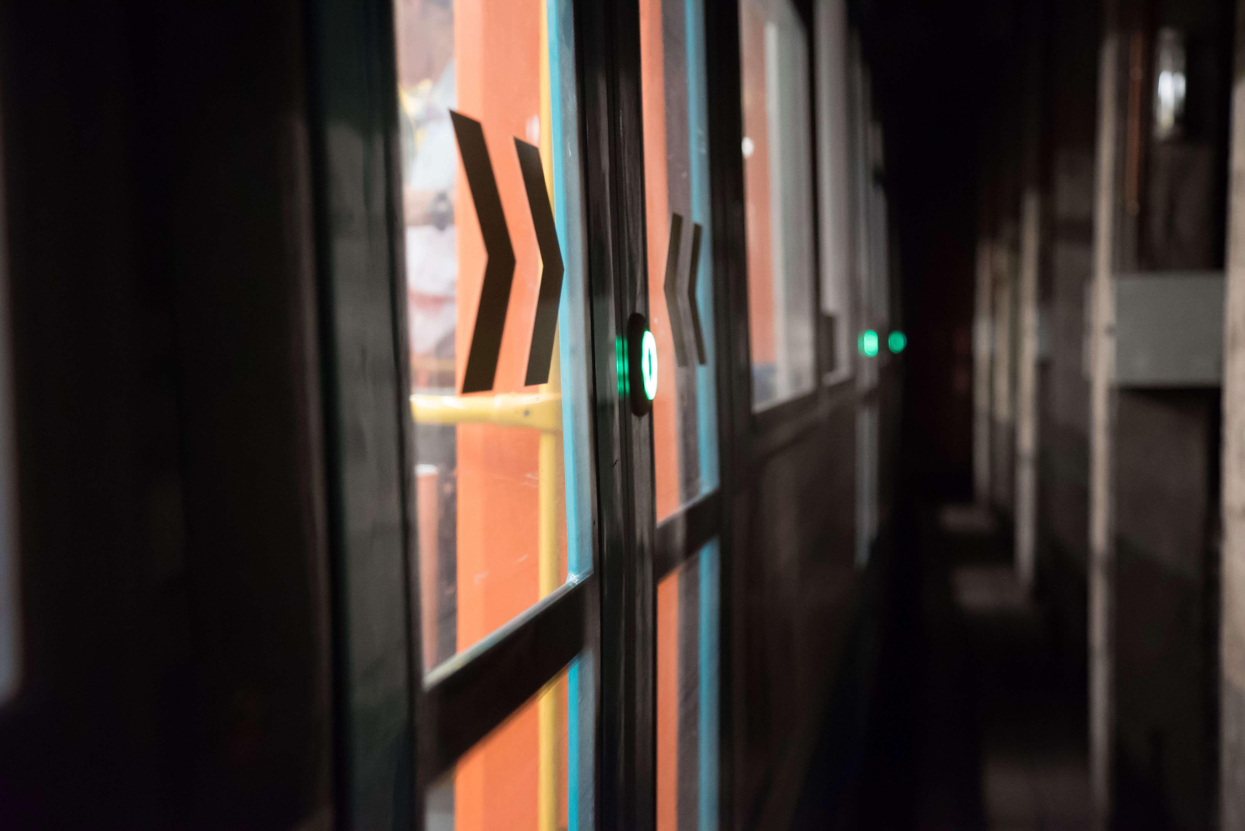 Tür eines U5 Wagens mit anstehender Türfreigabe in einer unterirdischen Abstellanlage.