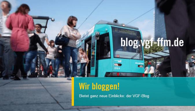 """Slider Bild einer Bahn mit Passanten an der einer Haltestelle und dem Titel """"Wir bloggen"""""""