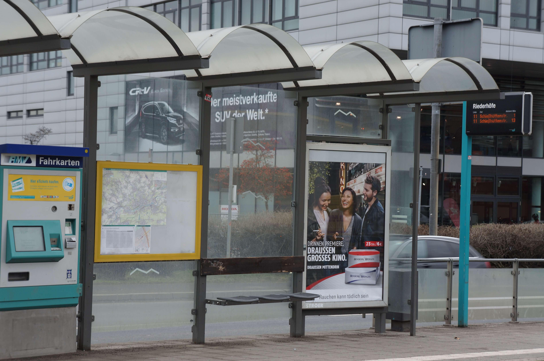 """Überdachung. Fahrkartenautomat und Sitzgelegenheiten an der Haltestelle """"Riederhöfe"""""""