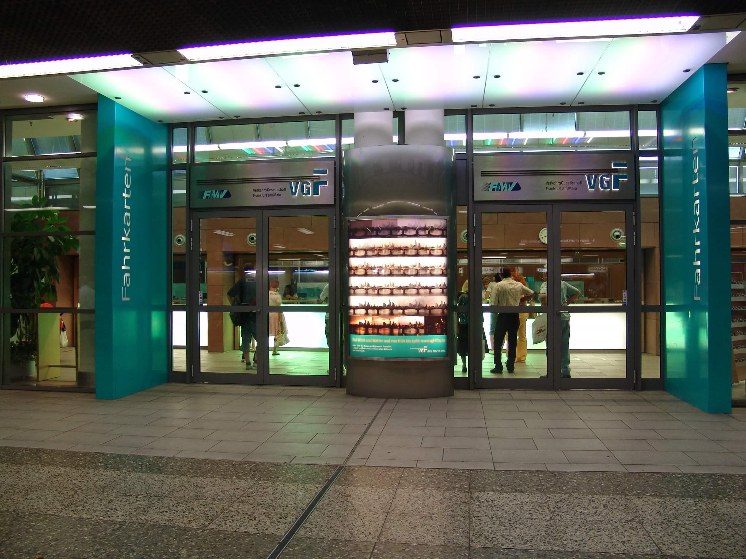 Eingang TicketCenter Hauptwache beleuchtet von außen bei Nacht.
