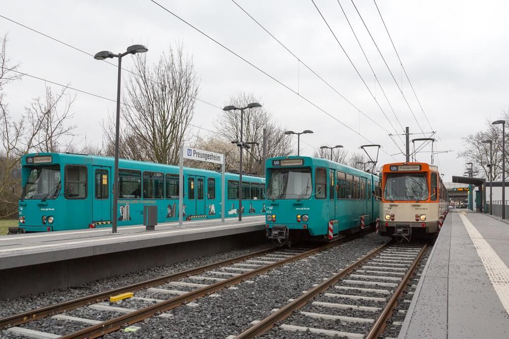 """In der Endstation """"Preungesheim"""" stehen am 12. März 2016 die drei Ptb-Wagen 725, 742 und 710 nebeneinander."""