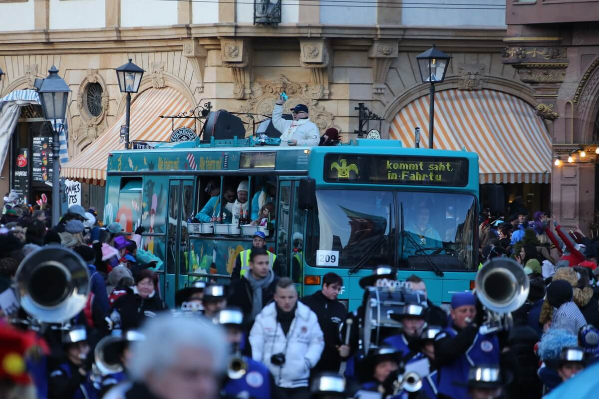 Bus der VGF beim Faschingsumzug