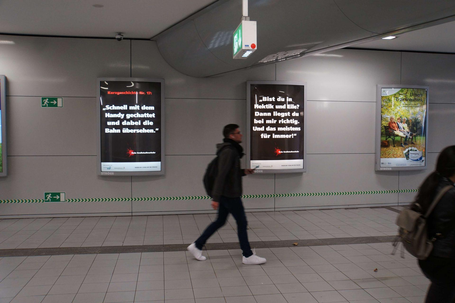 """Plakate von """"Dein Großstadtverkehr"""" an der Wand"""